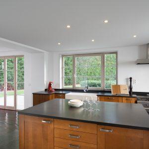 milieuvriendelijke spanplafonds met geintegreerde spots en dampkap in moderne keuken