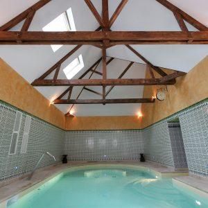 spanplafond met houtwerk in zwembadruimte