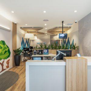 spanplafond met ronde inbouwspots in een modern verzekeringskantoor