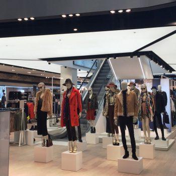spanplafond met verlichting in retail winkel