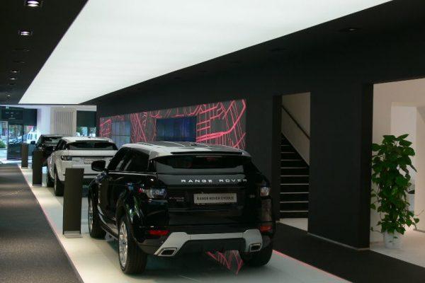 spanplafond met verlichting in showroom garage