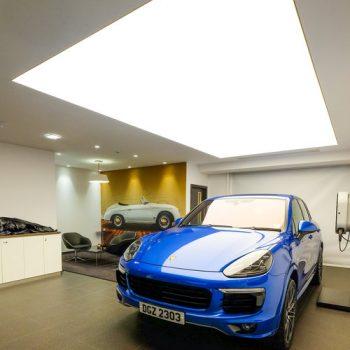 spanplafond spanwand lumina in een auto showroom 2