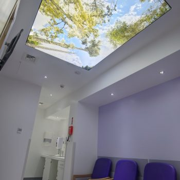 spanplafond spanwand lumina in een trendy en moderne artenspraktijk wachtkamer