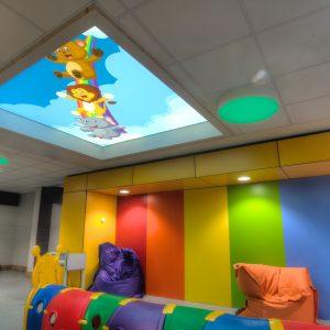 spanplafond spanwand lumina in een trendy en moderne kinderziekenhuis