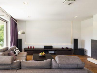 spanplafond spanwand projectie muur tension motion in een moderne woonkamer met backlight