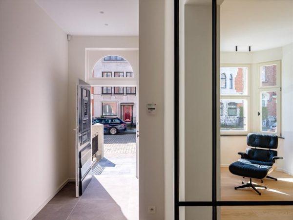 spanplafond spanwanden project renovaite bint herenhuis in gent essentials in een leefruimte foto