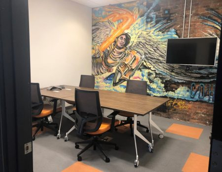 spanwand in een kantoor met abstracte karikatuur print