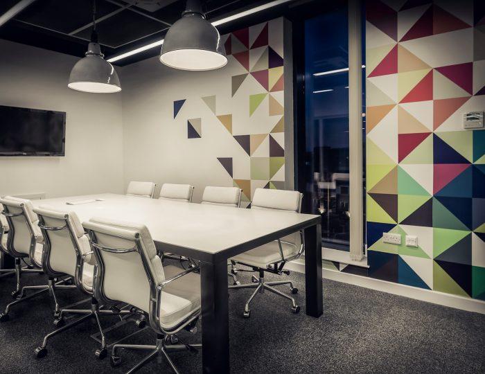 spanwand in een kantoor modern met witte tafel en stoelen
