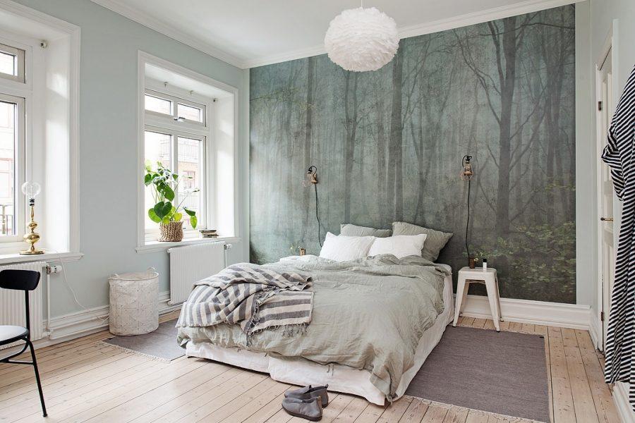 spanwand in een moderne slaapkamer met print van bomen