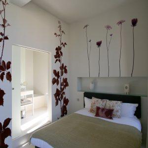 spanwanden en spanplafond in een slaaplamer met bloemenprint