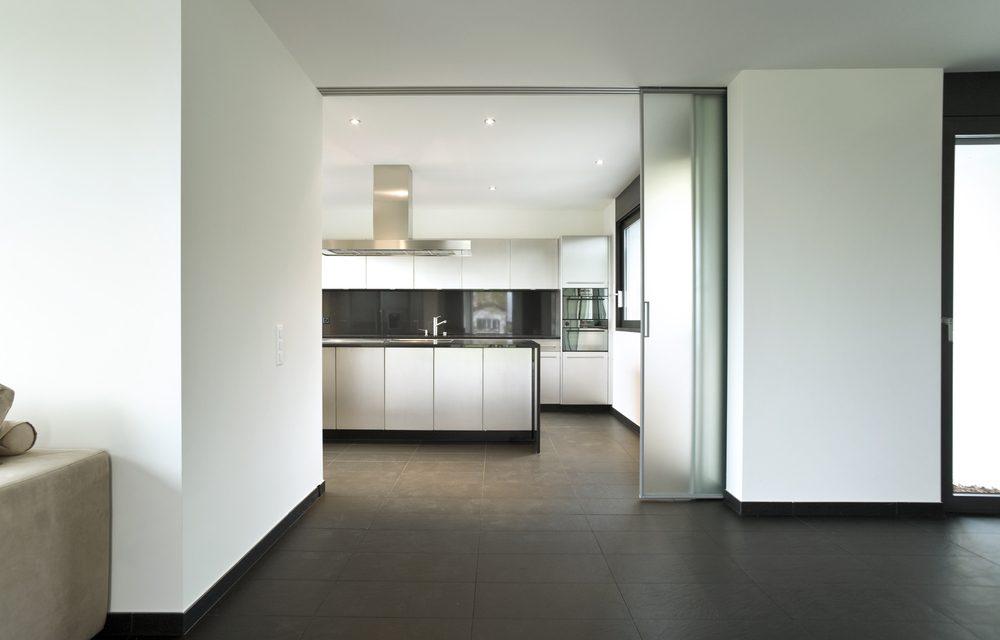 standaard spanplafond met LED spotjes en keuken afzuigkap integratie