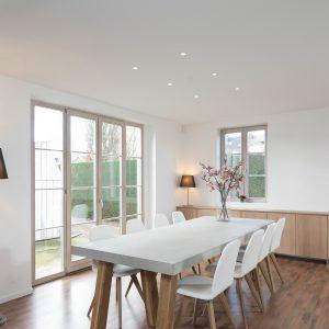 witte spanplafond standaard essentials in een moderne eetplaats met led verlichting spots